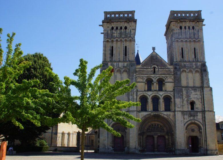 46848-Caen__abbaye_aux_Dames__parvis_de_l_eglise_Saint-Gilles-Caen_la_mer_Tourisme___Melanie_MAIGNAN